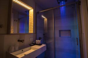 Bagno della camera Archipetali con cromoterapia blu