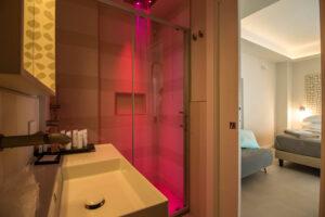 Bagno della camera Archipetali con cromoterapia rossa